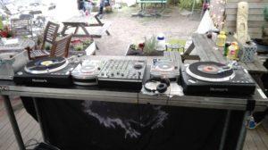 DJ-utstyret rigget opp til festival.