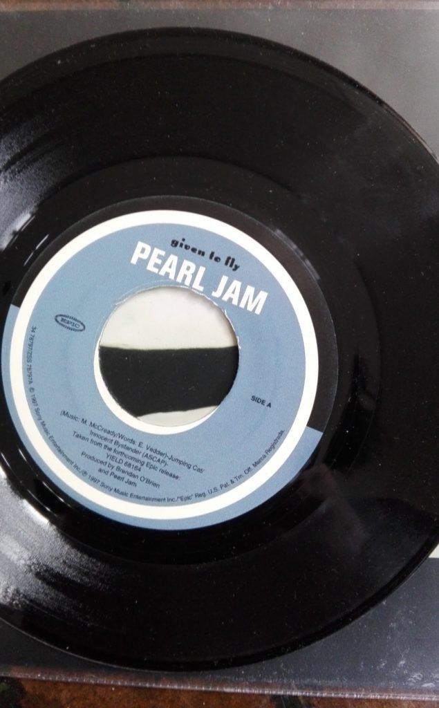 Singelen Given to Fly, med skjevt plasserte riller.