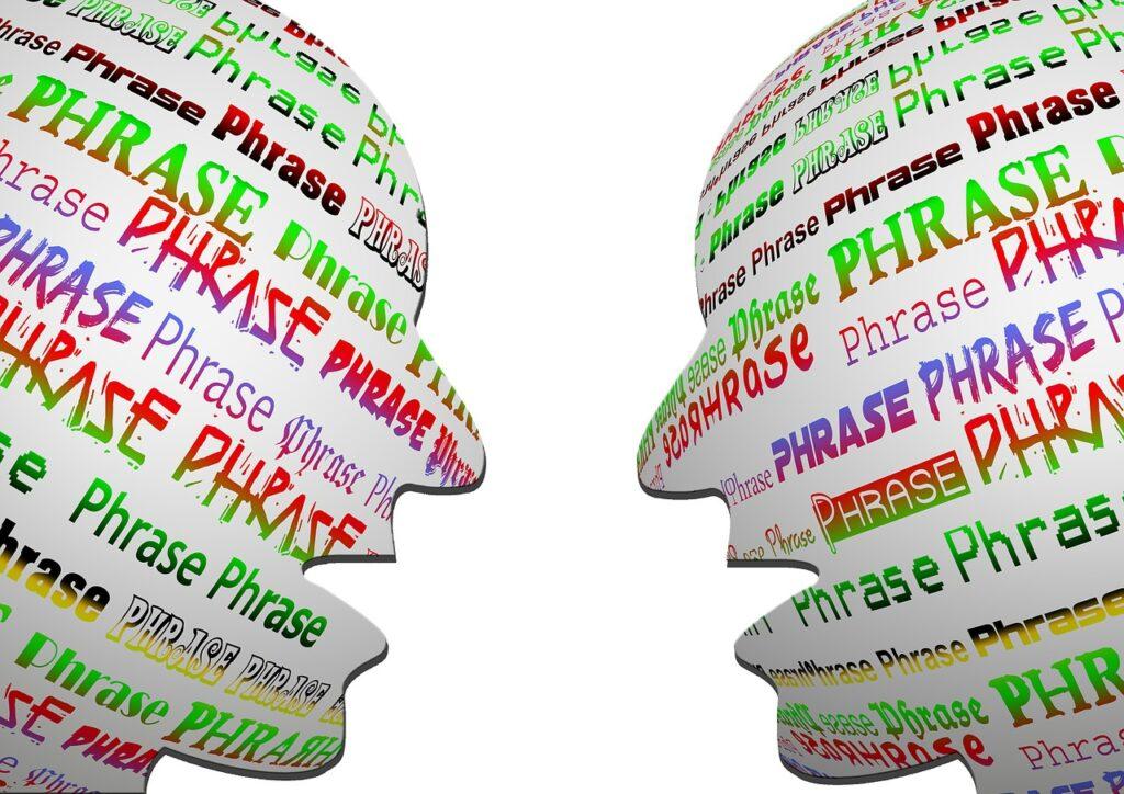 Tegning av to hoder i profil. De har åpne munner og i hvert hode står det «phrase, phrase, phrase».