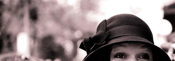 Fotografi av hatt og øyne synlig under hattebremmen.