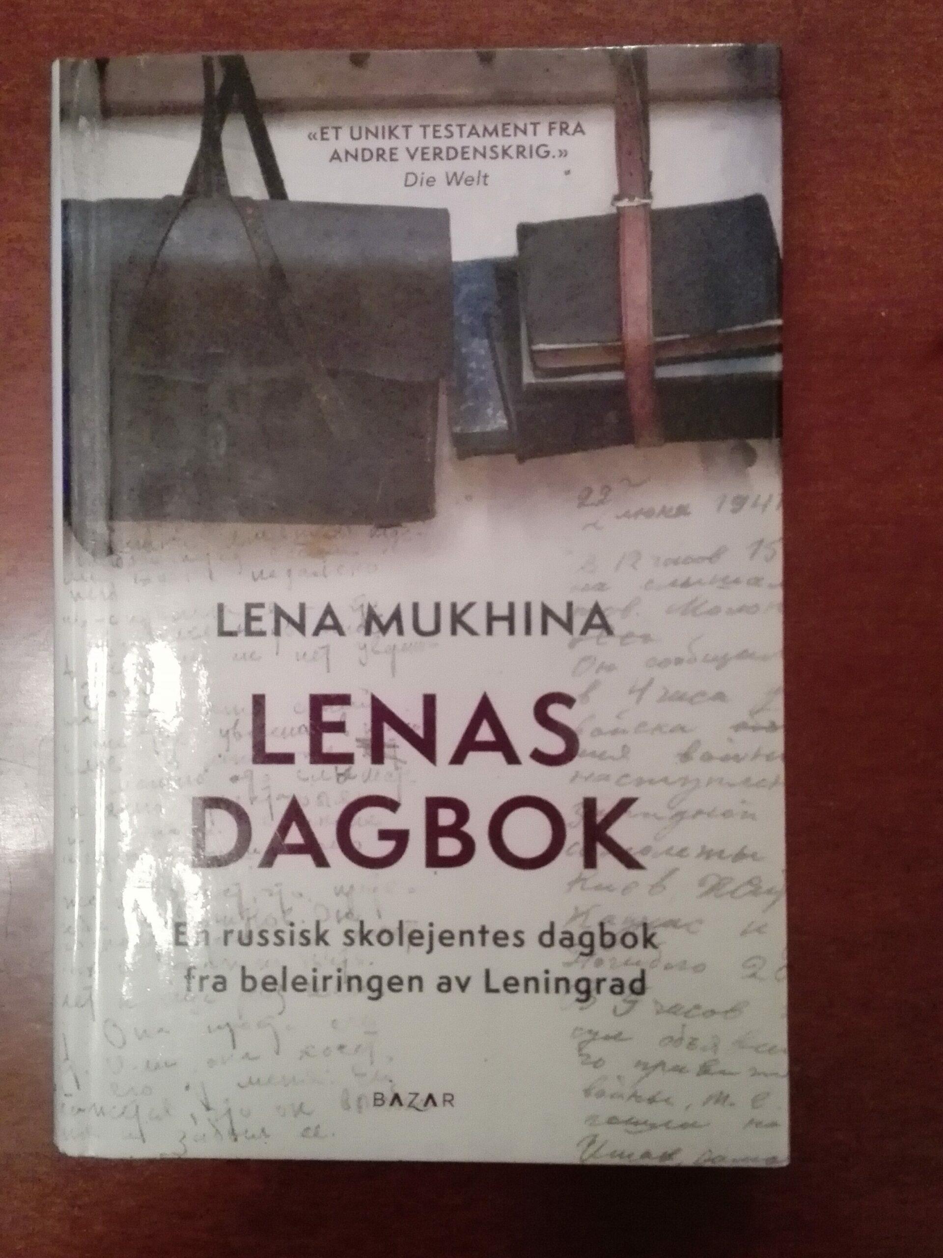 Fotografi av boka Lenas dagbok av Lena Mukhinam ed undertittel En russisk skoleentes dagbok fra beleiringen av Leningrad. Omslaget viser en veske og noen bøker.