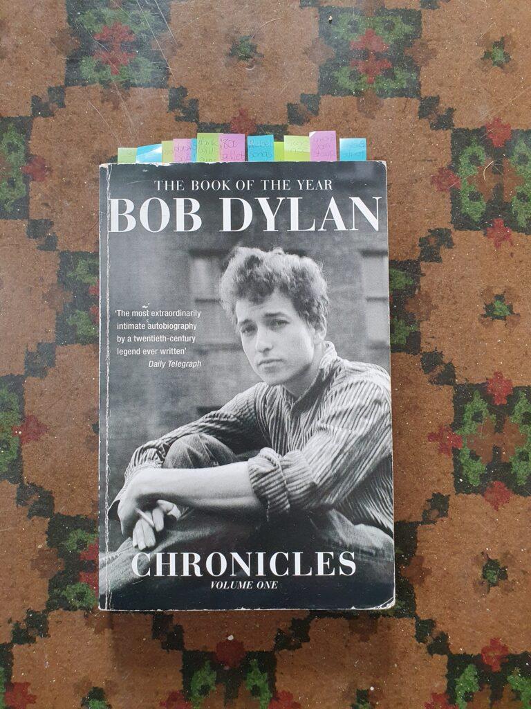 Fotografi av boka Bob Dylan Chronicles volume one.